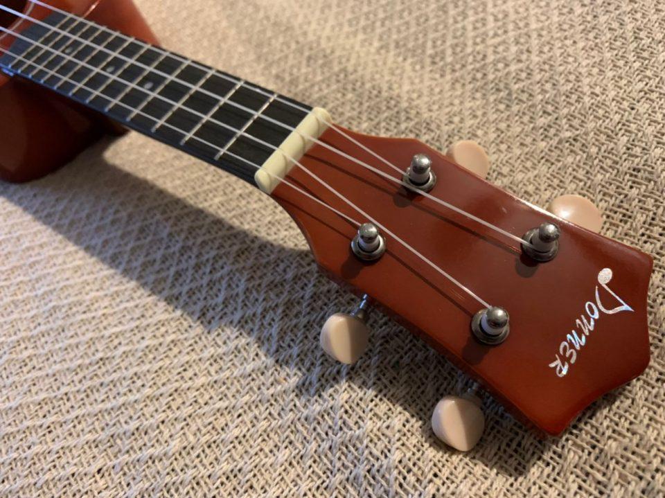 Ukulele soprano hawaiano tracolla plettri e panno per lucidatura per bambini ukulele da concerto accordatore 53,3 cm Donner DUS-10P corde serie Rainbow con custodia viola
